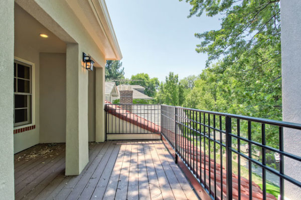 1344463413_Balcony-with-Trex-decking-and-wrought-iron-railing (1)